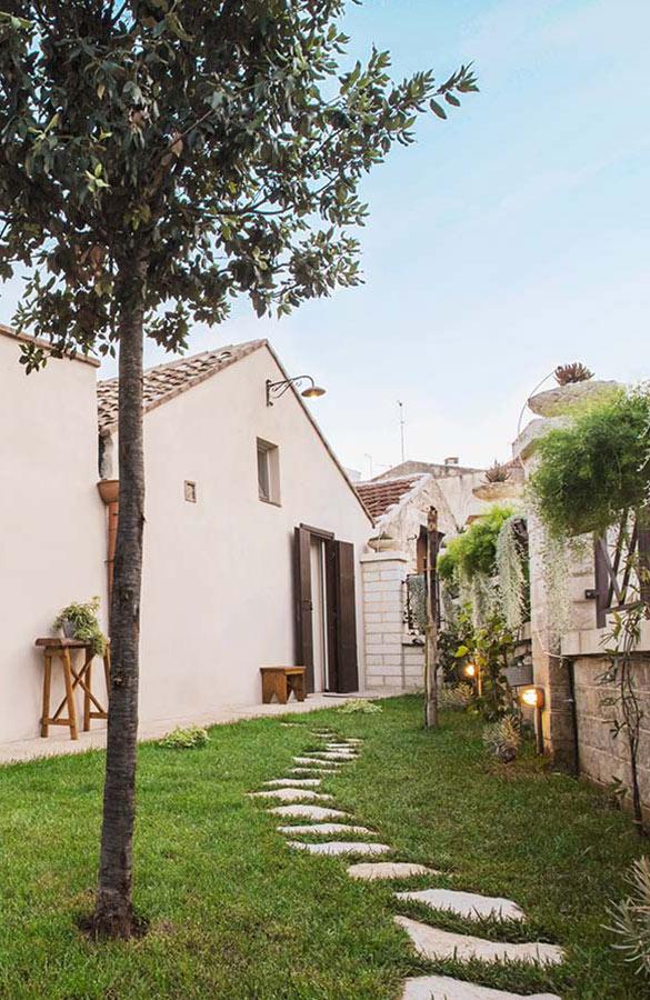 Borgo San Gaetano: external narrow grass street